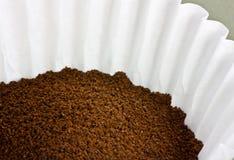 Café aterrado em um filtro de café fotografia de stock royalty free