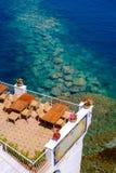 Café au-dessus des eaux de cristal de mer Photos libres de droits