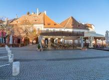 Café auf dem Quadrat in altem Sibiu, Rumänien lizenzfreie stockfotografie