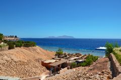 Café auf dem Strand mit einer schönen Ansicht des Roten Meers Stockfotografie
