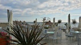Café auf dem Strand und dem blauen Himmel mit Wolken Stockbilder