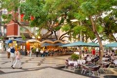 Café auf den Straßen des historischen Stadtzentrums mit dem Leutegehen Lizenzfreies Stockfoto