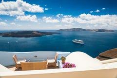 Café auf der Terrasse mit schöner Seeansicht Lizenzfreies Stockbild