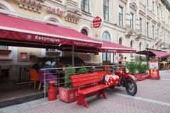 Café auf Fußgängerstraße in der Mitte von St Petersburg Lizenzfreies Stockbild