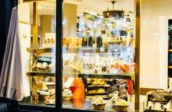 Café Aul Boulangerie und der Konditorei mit dem Fenster, das voll von kauft Stockbild