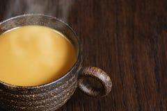 Café avec de la crème et la vapeur Photos stock