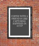 Café avec des amis écrits dans le cadre de tableau Photos libres de droits