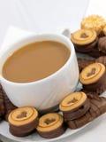 Café avec des biscuits de chocolat Photographie stock libre de droits