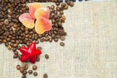 Café avec des bonbons sur un fond en bois bleu Photo stock