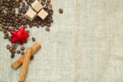 Café avec des bonbons sur un fond en bois bleu Photo libre de droits