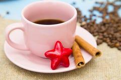 Café avec des bonbons sur un fond en bois bleu Images stock