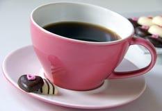 Café avec des coeurs de chocolat Photo stock