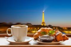 Café avec des croissants contre Tour Eiffel à Paris, France photos stock