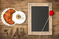 Café avec des décorums de croissant, de tableau noir et de coeur Photographie stock libre de droits