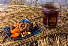 Café avec des fruits secs sur la paille, sur la table en bois photos stock