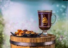 Café avec des fruits secs sur un baril de chêne, sur le fond image libre de droits