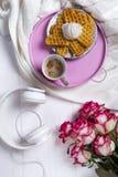 Café avec des gaufres et des roses Jour ou 8 mars du ` s de Valentine Déjeuner délicieux Photo libre de droits