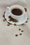 Café avec des grains de café Photos stock