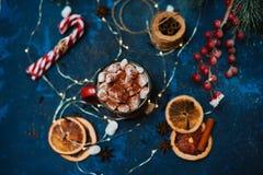 Café avec des guimauves dans la tasse rouge Image stock