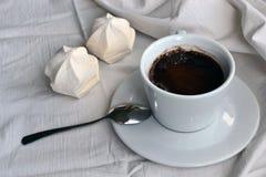 Café avec des guimauves sur des nappes Images stock