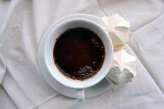 Café avec des guimauves sur des nappes Photos stock