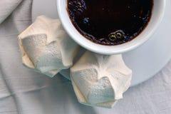 Café avec des guimauves sur des nappes Image stock