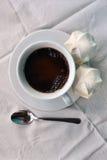 Café avec des guimauves sur des nappes Images libres de droits