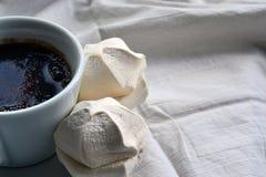 Café avec des guimauves sur des nappes Image libre de droits