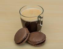 café avec des macarons Images stock