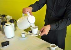 Café avec du lait, barman, service de approvisionnement Photos stock
