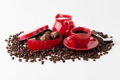 Café avec du lait, bonbons au chocolat Concept de café d'isolement sur le wh Image stock