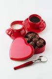 Café avec du lait, bonbons au chocolat D'isolement sur le fond blanc Photos libres de droits