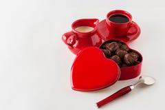Café avec du lait, bonbons au chocolat Sur le fond blanc Images libres de droits