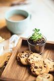 Café avec du lait et des biscuits Photos stock
