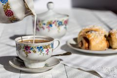Café avec du lait et des petits pains Image libre de droits