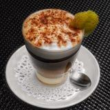 Café avec du lait et la boisson alcoolisée Image stock