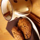 Café avec du lait et la cannelle Image stock