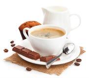 Café avec du lait et le gâteau Image libre de droits