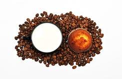 Café avec du lait et le gâteau Photographie stock
