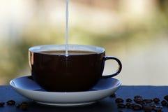 Café avec du lait libéré sur le fond neutre images stock