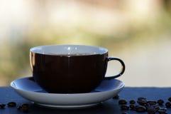 Café avec du lait libéré sur le fond neutre image stock