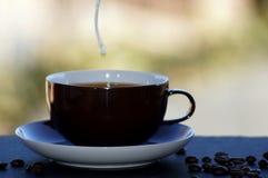 Café avec du lait libéré sur le fond neutre photo libre de droits
