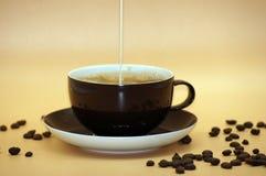 Café avec du lait libéré sur le fond neutre image libre de droits