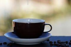Café avec du lait libéré sur le fond neutre photographie stock