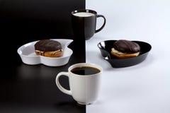 Café avec du lait sur un fond contrastant Photos stock