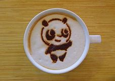 Café avec l'art de Latte pour créer l'image du panda Images stock