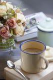 Café avec la cuvette de cru Image libre de droits