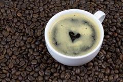 Café avec la forme de coeur sur des grains de café Photo libre de droits