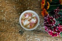 Café avec la guimauve dans une tasse bleu-clair Photo stock