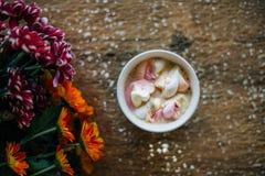 Café avec la guimauve dans une tasse bleu-clair Image libre de droits